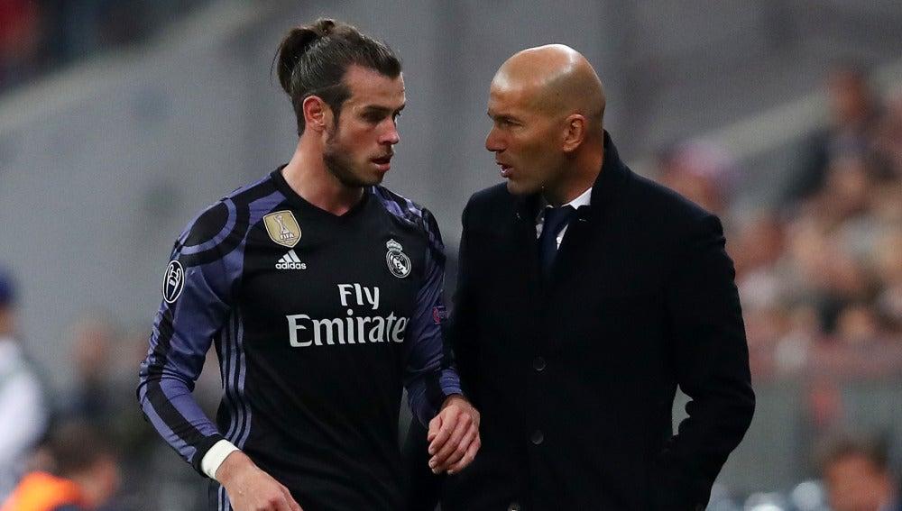Bale dialoga con Zidane en la banda del Allianz Arena