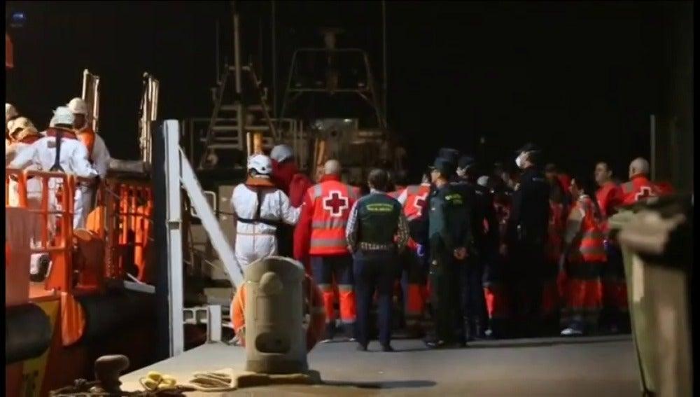 Frame 26.240316 de: Una niña muere ahogada frente a la isla de Alborán tras naufragar la patera en la que viajaba