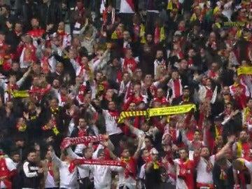 Frame 3.789426 de: Los aficionados del Dortmund y del Mónaco se hermanan para hacer frente al atentado