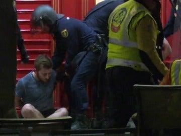 Frame 64.407923 de: Seguidores del Leicester se enfrentan a la policía en el centro de Madrid