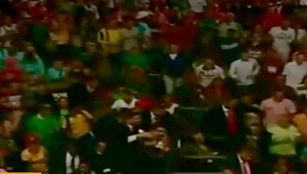 Lanzan objetos y abuchean a Maduro