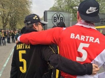 La afición del Dortmund y del Mónaco, unidas por Marc Bartra