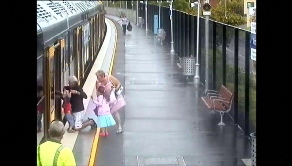 Frame 21.910647 de: Numerosos niños se caen por el hueco que dejan los trenes con el andén