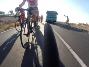 Frame 14.629911 de: La Guardia Civil investiga si existe alguna infracción en el peligroso adelantamiento de un autobús a un grupo de ciclistas