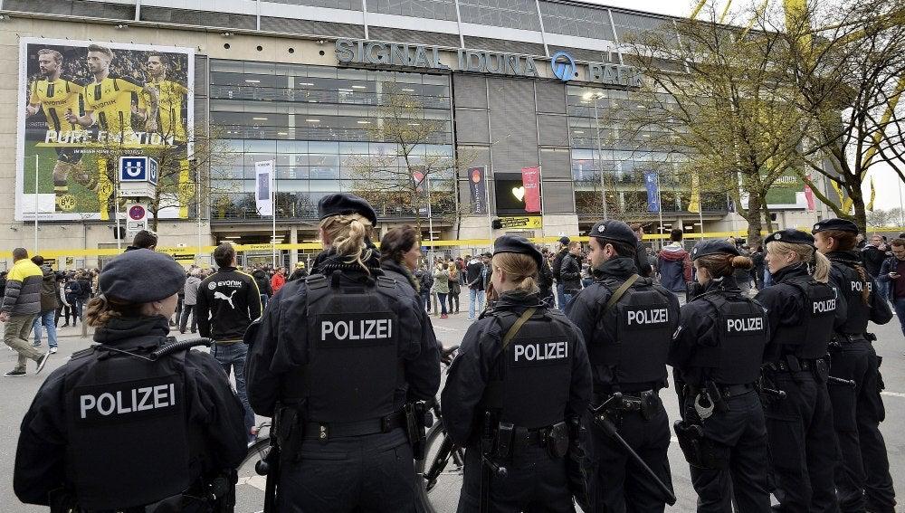 Policías delante del estadio Signal Iduna Park
