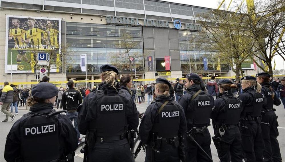 Policías en el estadio Signal Iduna Park, un día después de que tres explosivos estallaran junto al autobús del Borussia Dortmund
