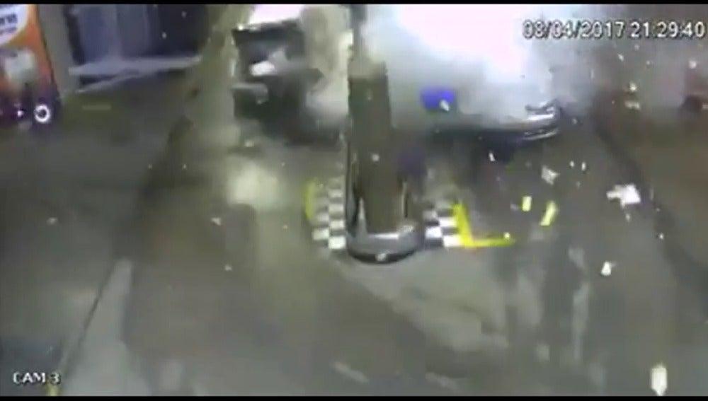Frame 6.403283 de: Un coche explota de forma repentina cuando cargaba combustible