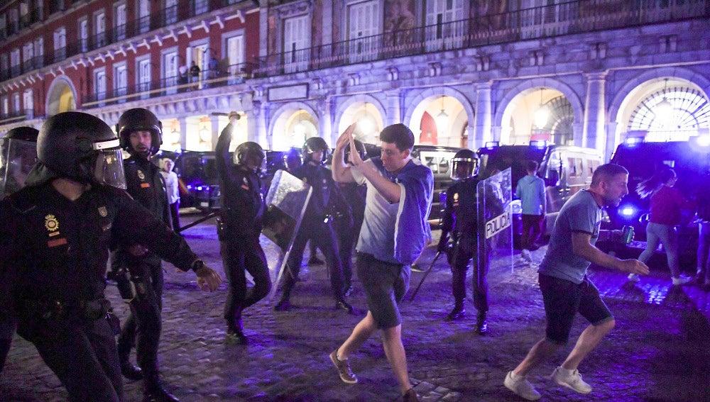 Aficionados del Leicester intentan zafarse de la Policía en la Plaza Mayor de Madrid