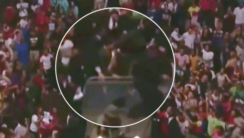 """Frame 1.614249 de: Maduro califica de """"extraordinario"""" el recibimiento que tuvo en el acto en el que le lanzaron huevos y tacha de """"emboscada"""" lo ocurrido"""