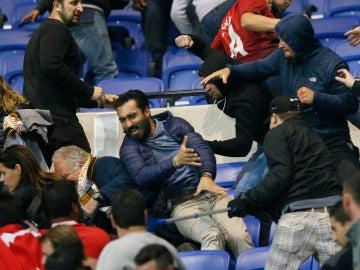 Momento de la batalla campal entre aficionados del Lyon y del Besiktas