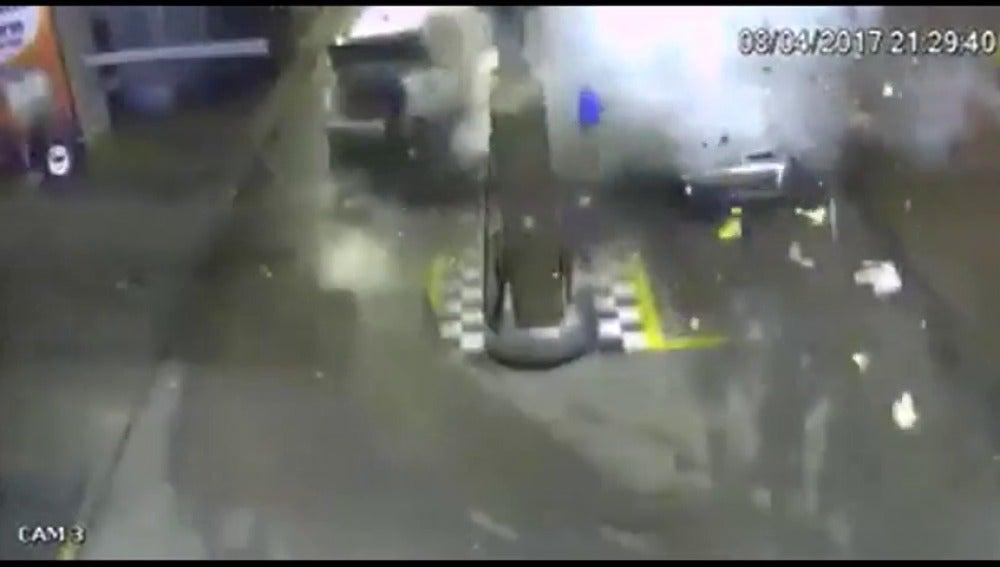 Frame 6.243293 de: Un coche explota de forma repentina cuando cargaba combustible