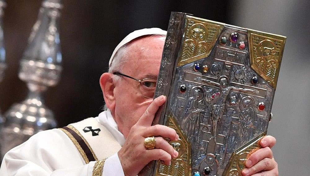El Papa Francisco oficia la misa del Jueves Santo