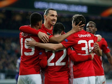 Los jugadores del Manchester United celebran el gol de Mkhitaryan ante el Anderlecht