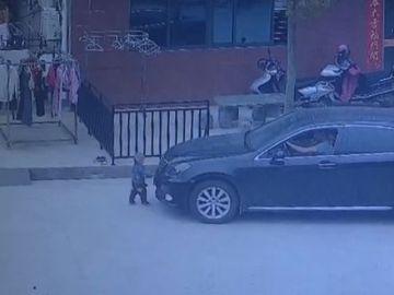 Imagen del momento en el que el pequeño se encuentra delante del coche que lo atropella