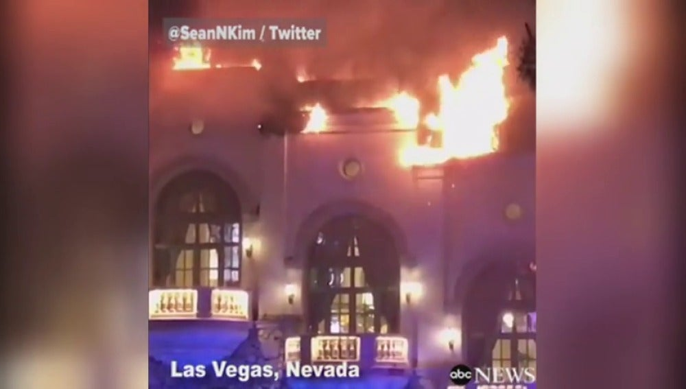 Frame 13.567099 de: Arde uno de los grandes hoteles de Las Vegas
