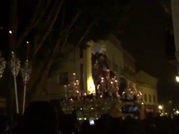 """Frame 5.887459 de: Así comenzó una de las estampidas en la """"Madrugá"""" de Sevilla"""