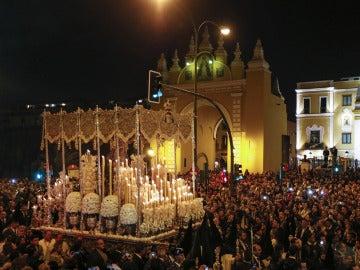 Esperanza Macarena a la salida de su basílica