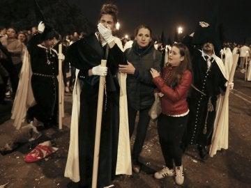 Nazarenos de La Esperanza de Triana visiblemente afetados tras sufrir una estampida