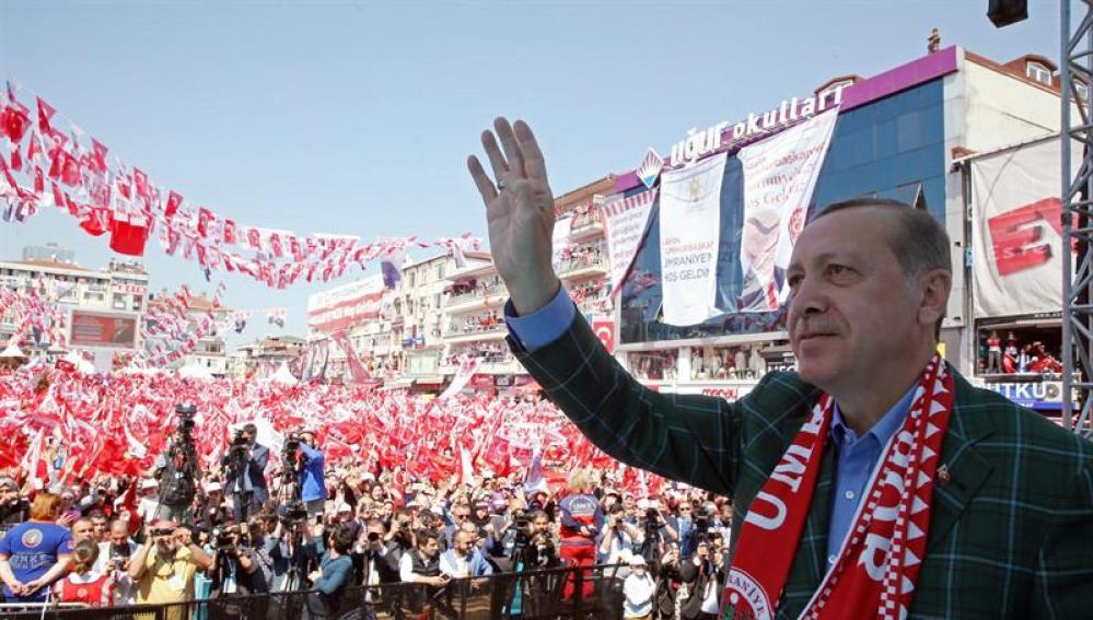 Erdogan saludando a sus seguidores