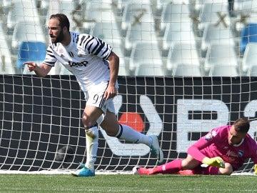 Higuaín celebra uno de sus dos goles ante el Pescara
