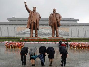 Ciudadanos rinden homenaje a los líderes de Corea del Norte