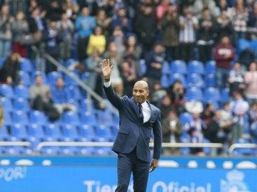 Mauro Silva saluda a la afición deportivista en Riazor