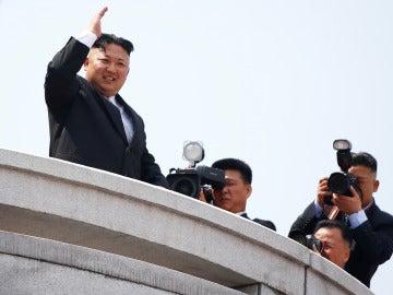 Kim Jong Un preside el desfile militar del Día del Sol