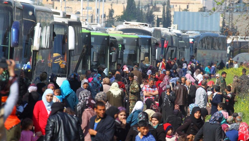 Cientos de sirios aguardan a ser evacuados