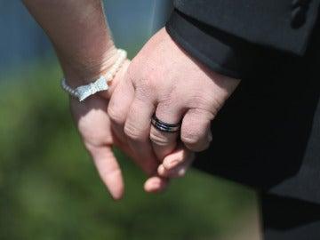 Una pareja agarrada de la mano