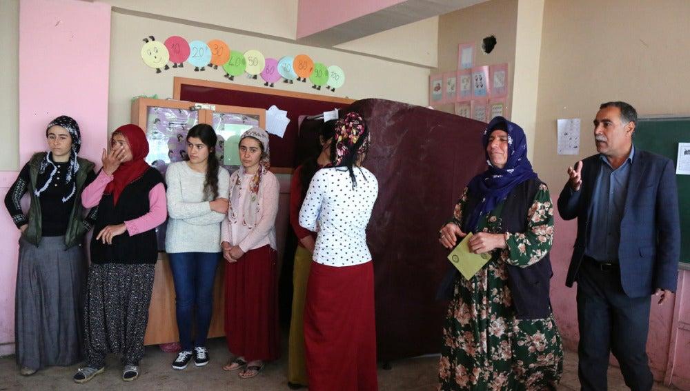 Colas para votar en un colegio electoral en Turquía