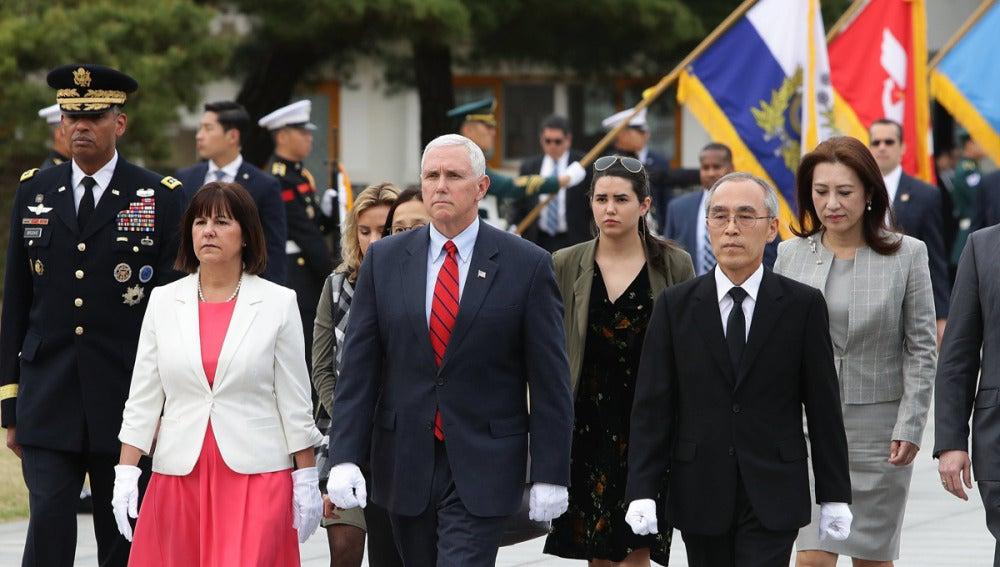 Mike Pence y su mujer tras llegar a Corea del Sur