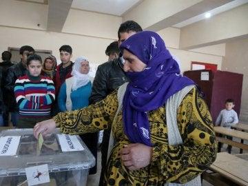 Una mujer vota en el referéndum en la región de Diyarbakir