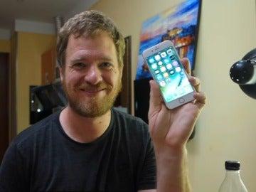 Allen mostrando su iPhone construido por él mismo