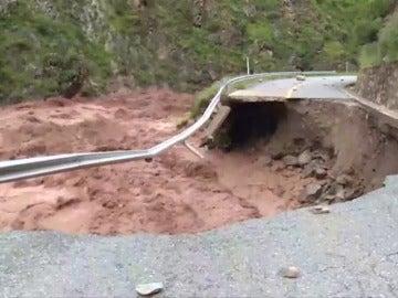 Frame 0.0 de: Reparan los socavones de la carretera que une Sichuan con el Tíbet afectada por riadas