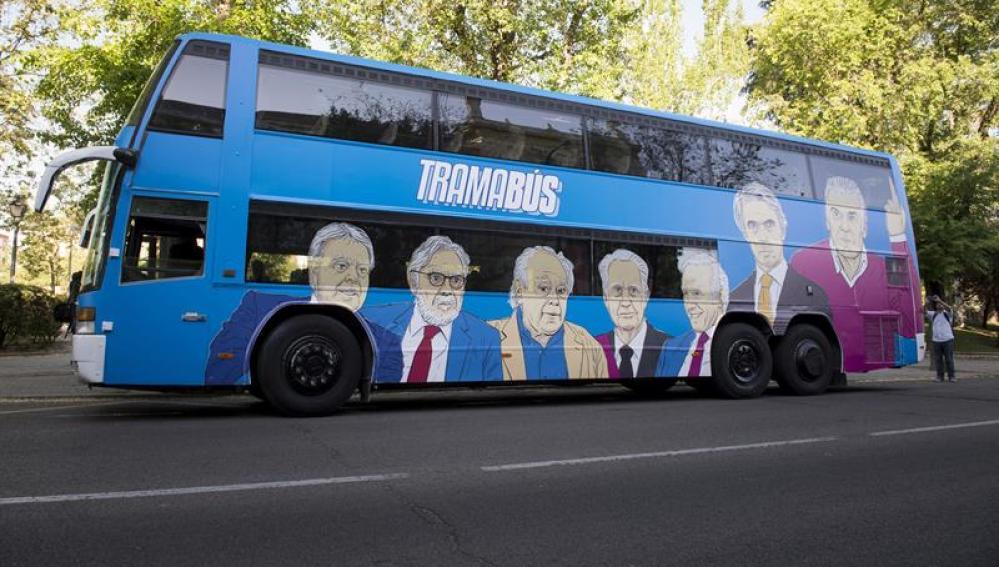 Felipe González, Jordi Pujol, José María Aznar, Luis Bárcenas, entre los que aparecen en el 'tramabús' de Podemos
