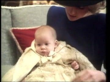 Frame 31.283379 de: El príncipe Enrique revela que hizo terapia para superar la muerte de Diana