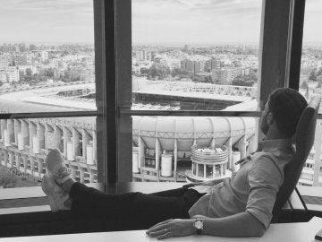 Xabi Alonso observa el Bernabéu a distancia
