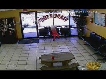 Frame 16.656172 de: Una niña de cuatro años consigue esquivar dos balas que pasan a centímetros de su cabeza