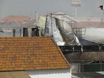 Edificios en llamas tras estrellarse una avioneta junto a un supermercado en Tires cerca de Estoril (Portugal)