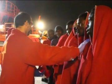 Frame 11.813734 de: Trasladan a Motril a los 58 ocupantes de dos pateras rescatadas en el mar de Alborán