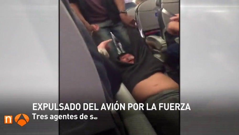 Frame 5.46394 de: United Airlines modifica sus políticas tras la polémica por la violenta expulsión de un pasajero