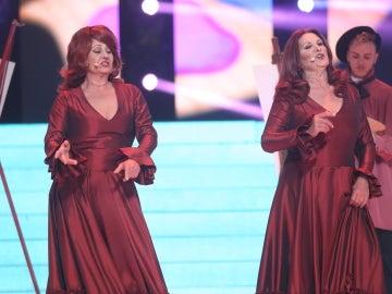 Las Soles encienden el escenario con su actuación 'Soy la que sufre por tu amor' como Las Grecas