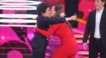 Mónica Naranjo consuela a una emocinada Angy con un apasionado beso
