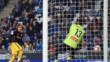 Griezmann, en el momento de marcar su gol ante el Espanyol