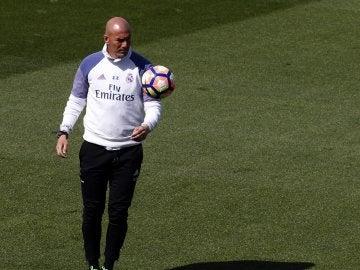 Zidane, durante el entrenamiento del Real Madrid previo al Clásico
