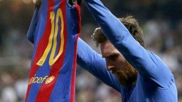 Leo Messi muestra su camiseta a la afición del Real Madrid