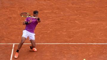 Rafa Nadal golpea con su derecha durante el partido contra Albert Ramos