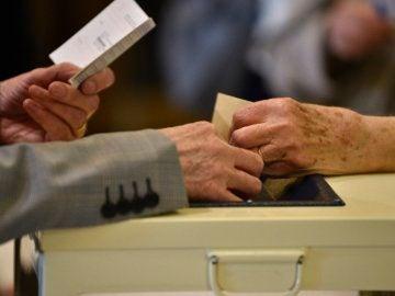 Un votante deposita su voto en una urna a las elecciones presidenciales de Francia