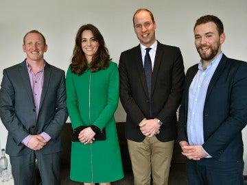 Jonny Benjamin (derecha) y Neil Laybourn (izquierda), junto a los Duques de Cambridge