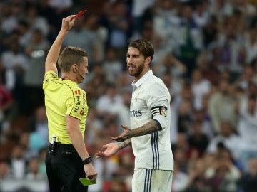 El árbitro le muestra la roja directa a Ramos